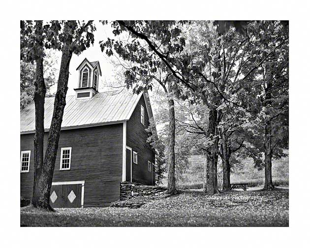 Vermont-Red-Barn-B&W-